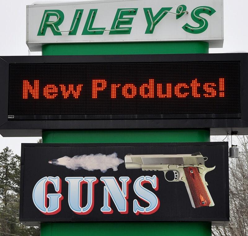 rileys-guns-outside-sign